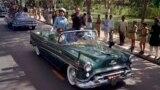 Люди вдоль дороги, по которой едет машина с Жаклин Кеннеди. Пакистанцы бросают к автомобилю лепестки цветов. 21 марта 1962 года, когда Жаклин Кеннеди прибыла в Лахор, было национальным праздником в Пакистане.