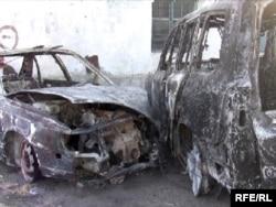 Сгоревшие автомашины, в одной из которых якобы погиб Медет Садыркулов. 13 марта 2009 года.