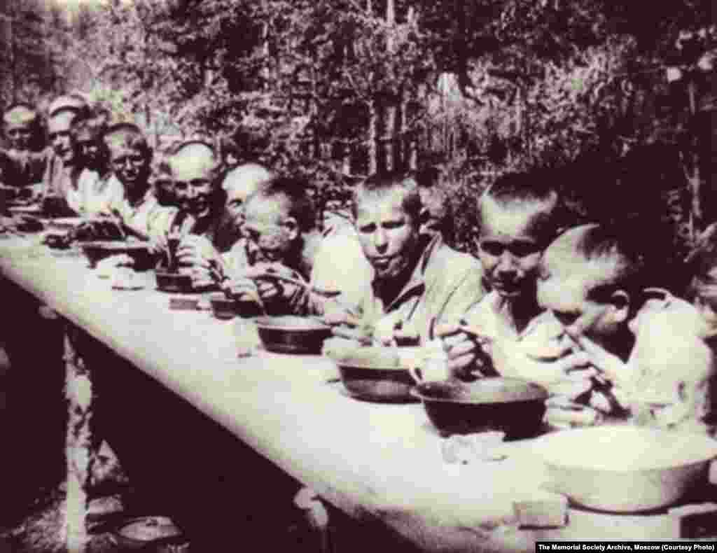 Prisoners eat lunch at the Bamlag camp in 1933.