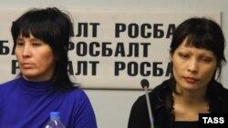 Бакия Касымова (солдо) менен Лейла Аширова журналисттерге кулчулукта көргөн азабын айтып беришти, Москва, 2-ноябрь, 2012