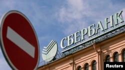 Що означає вихід російських банків із Криму?