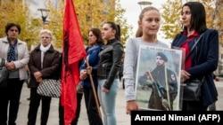 """Kćerka jednog od osuđenih Adriana Bujarija na protestu nakon presude drži natpis """"On nije terorista"""" novembar 2017."""