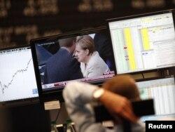 Zaposleni na frankfurtskoj burzi gleda vijesti o gospodarskoj krizi, rujan 2011.