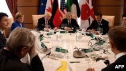 Участники саммита G7 во время совместного обеда. Таормина, 26 мая