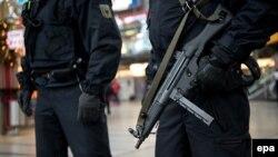 Գերմանիա -- Զինված ոստիկանները ուժեղացված հսկողություն են իրականացնում Մյունխենի կենտրոնական երկաթուղային կայարանում ահաբեկչության հնարավոր վտանգի պատճառով, 1-ը հունվարի, 2016թ.