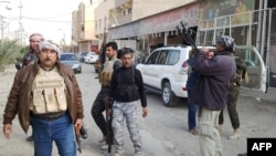 Члены племенных ополчений и иракские полицейские на улицах Рамади, 2 января 2014 года.