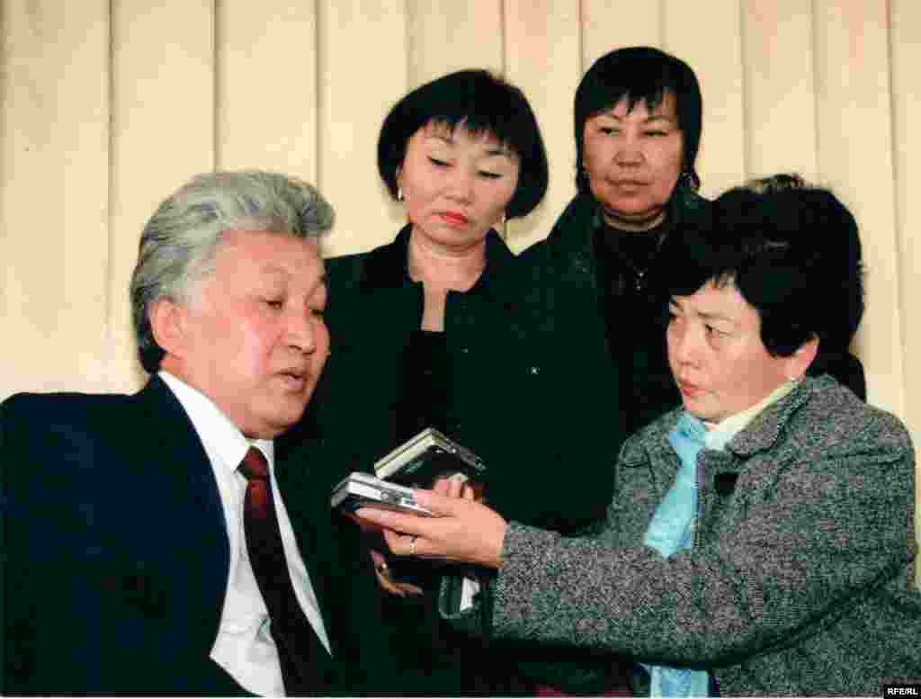 Бюбюкан Досалиева беседует с бывшим премьер-министром Турсунбеком Чынгышевым.