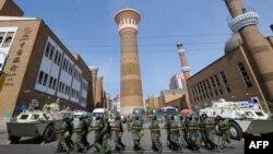 Вооруженные полицейские стоят возле мечети в Урумчи, столицы Синьцзян-Уйгурского автономного округа. 10 июля 2009 года. Иллюстративное фото.