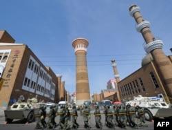Китайские военные возле мечети в Урумчи (архивное фото)