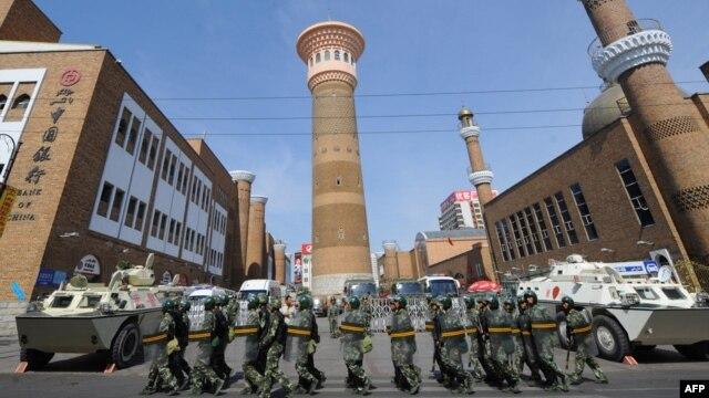 Үрімжідегі мешіт маңын жұма намазы кезінде қорып тұрған қытай полициясы. Көрнекі сурет
