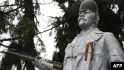 Статуя Ленина, украшенная сепаратистами, на дороге между Донецком и Луганском