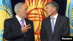 Президент Казахстана Нурсултан Назарбаев (слева) и президент Кыргызстана Алмазбек Атамбаев. Бишкек, 22 августа 2012 года.