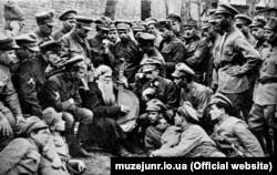 Січові стрільці слухають кобзаря в Києві на вулиці Львівській, 24. Фотографія 1918 року