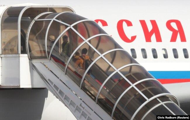 """Посадка в самолет российских дипломатов и членов их семей, высланных из Великобритании в связи с """"делом Скрипаля"""""""