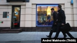 Прохожие в деловом центре Москвы. Иллюстративное фото.