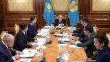 Президент Казахстана Нурсултан Назарбаев (в центре) во время совещания по модернизации работы МВД, Астана, 19 ноября 2018 года.