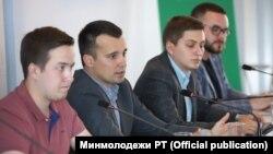 Тимур Сулейманов (второй слева)
