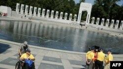 Американские ветераны собрались у мемориала Второй мировой войне и требовали возобновить работу правительства