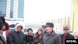 """""""Желтоқсан ақиқаты"""" қозғалысының мүшелері парламент алдына барды Астана. 2 желтоқсан, 2009 жыл."""