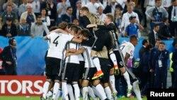 Германиянын футболчулары Италияны уткандан кийин.