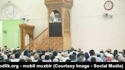 Прихожане слушают проповедь имама мечети «Холид ибн Валид» в городе Асака Андижанской области.