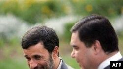 Eýranyň prezidenti Mahmut Ahmedinejad (çepde) we Türkmenistanyň prezidenti Gurbanguly Berdimuhamedow Tähranda duşuşýar, 15-nji iýun, 2007-nji ýyl.