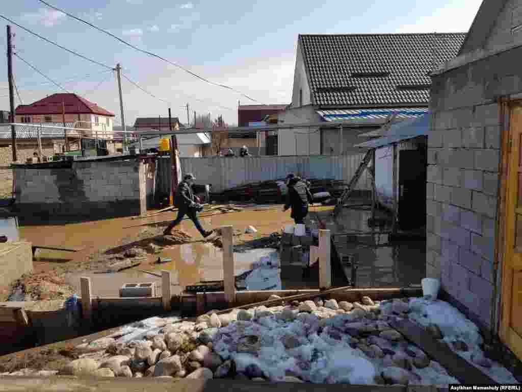 В селе Тузыбастау недалеко от Алматы оказались затоплены четыре улицы и не меньше 20 домов.