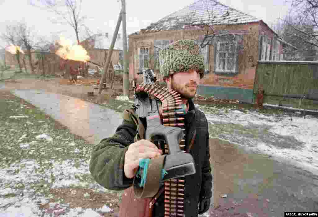 Чеченський боєць із кулеметом прямує до центру Грозного, де тривають запеклі зіткнення між російською армією та захисниками міста на чолі з командувачем Джохаром Дудаєвим. 17 січня 1995 року