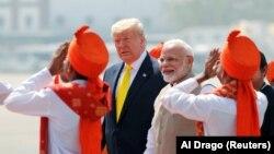 Президент США Дональд Трамп, по его левую руку – премьер-министр Индии Нарендра Моди, на церемонии приветствия в аэропорту. Ахмедабад, 24 февраля 2020 года.