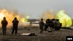 Мариуполь қаласы маңында жаттығу өткізіп жатқан украиналық әскерилер. 22 қыркүйек 2015 жыл.