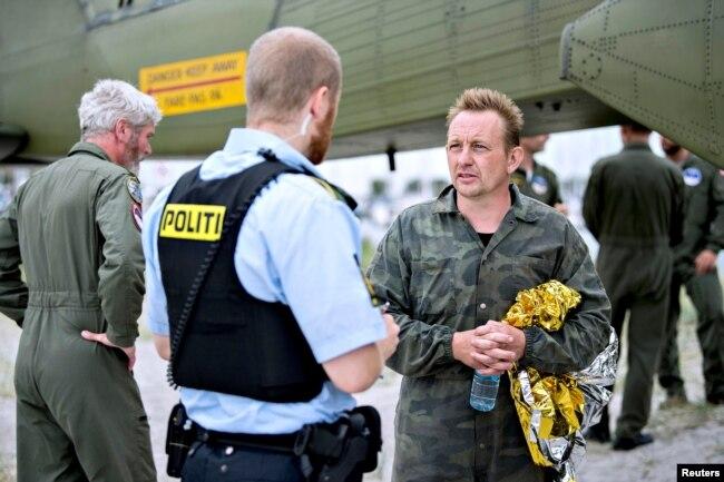 Полиция встречает Петера Мадсена после исчезновения Ким Валль