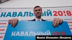 Алексей Навальный Орталық сайлау комиссиясының ғимаратында тұр. Мәскеу, 24 желтоқсан 2017 жыл.