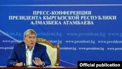 Алмазбек Атамбаев Ыстықкөлдегі баспасөз мәслихатында. 24 шілде 2017 жыл.