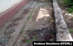Оқиға куәгерлері жарылыстан соң осы жерде адам сүйегі жатқанын айтады. Астана, 24 мамыр 2011 ж.