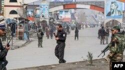 Polisiýanyň ýörite howpsuzlyk güýçleri hüjümiň guralan ýerine gözegçilik edýär. Kabul, 6-njy mart, 2020.