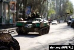 Захваченная повстанцами бронемашина украинской армии в Славянске