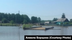 Мост в посёлке Полинчет в Иркутской области после наводнения