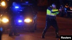 АКШ -- Полиция ок атууга шектүү адамды кармоодо. Бостон, 19-апрель, 2013.
