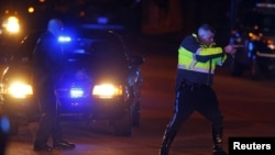 Полицейский держит на прицеле человека. США, 19 апреля 2013 года.
