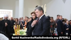 Президент Петро Порошенко з дружиною Мариною у соборі Воскресіння Христового в Києві прощаються з кардиналом Любомиром Гузаром, 4 червня 2017 року