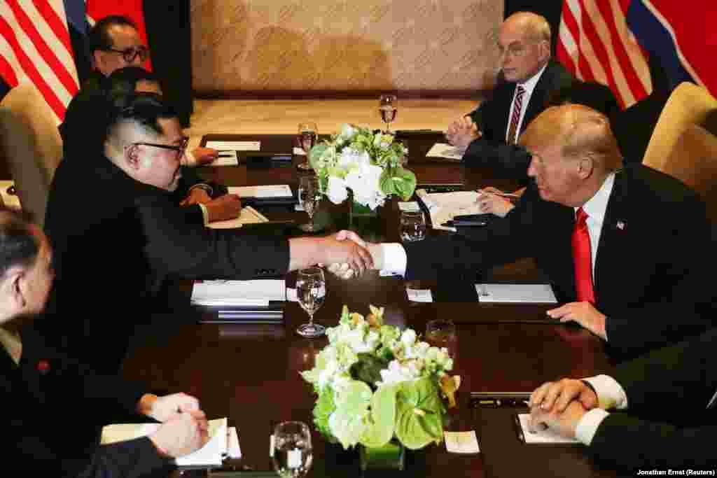 СИНГАПУР - Претседателот на САД Доналд Трамп и лидерот на Северна Кореја Ким Џонг Ун, самитот го оценија како многу успешен. Најавија дека наскоро ќе има и нови преговори и дека ќе почне денуклеаризацијата на Северна Кореја.
