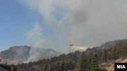 Maqedoni e Veriut: një aeroplan me rezervuar uji për fikje të zjarrit, hedh ujë mbi malet që digjen (Foto nga arkivi)