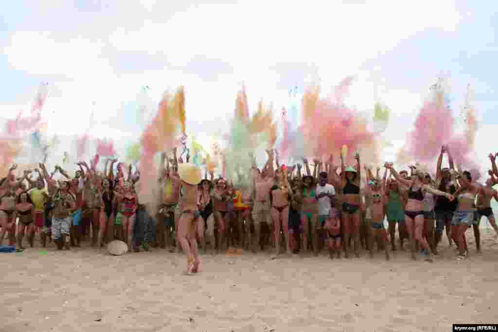Час від часу на фестивалі проходить хеппінінг під назвою «Holy Day». Він полягає в тому, що відвідувачі посипають себе і один одного індійською фарбою холі