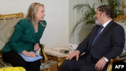 وزيرة الخارجية الأميركية هيلاري كلنتون أثناء إجتماعها في القاهرة بالرئيس المصري محمد مرسي في 21 تشرين الثاني 2012