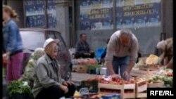 Mnogi penzioneri preživljavaju i od prodaje malo povrća iz vrta.