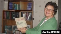Руфина ханым Нурихан Фәттах мәктәптә чыгарган журналны күрсәтә