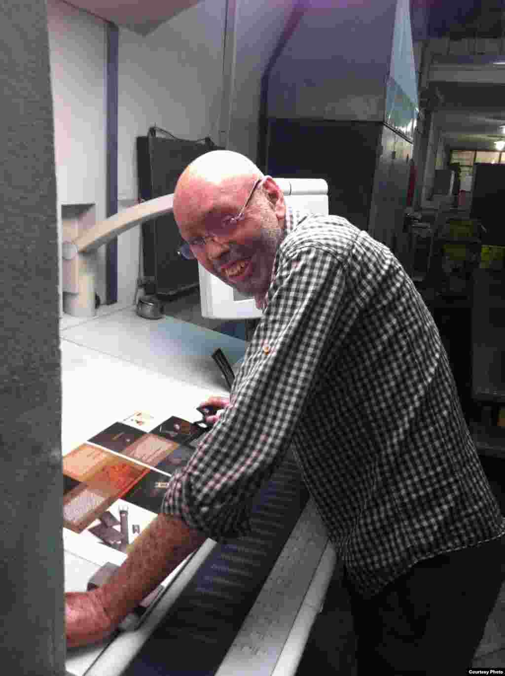 بعد چندین سال فراز و نشیب، حالا کاوه ناظر فنی چاپ است. میگوید که اوضاع بهتر شده و مشاوران خوبی هم پیدا کرده است.