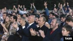 Юрий Лужков и Владимир Путин на концерте Пола Маккартни