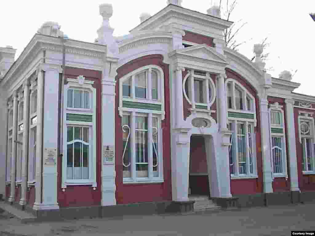 Темирхан-Шураялъул театр кколин Венаялда бугеб цо театралъул копия. Австриялдаса гьенире щвезарун рукIана бакIалги, статуялги цогидаб инвентарги.