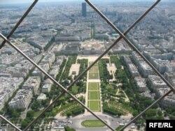 Вигляд з Ейфелевої вежі, яка була зачинена через вірус протягом найдовшого періоду з часу Другої світової війни
